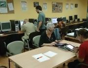 Gent gran fent servir tablets i ordinadors