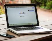 Imatge d'un portàtil amb el cercador Google. Font: Pexels