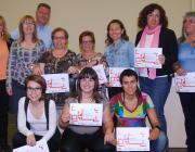 Un grup de dones amb el certificat del curs Eines contra la violència masclista