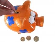 Una persona dipositant diners dins una guardiola. Flickr: Images_of_Money