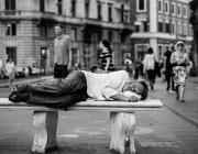 Una persona que ha viscut al ras a Barcelona viu una mitjana de 20 anys menys que qualsevol altre veí o veïna de la ciutat. Font: Unsplash.