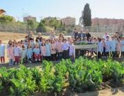 Alumnes de l'Escola Països Catalans de Lleida envoltant el seu hort