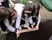 Un grup de nenes treballant la terra