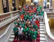 Grup de persones donant suport a la ILP al Parlament de Catalunya