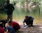 Voluntaris realitzant tasques de monitorització dels rius a les Muntanyes de Prades (imatge; assoc-cen.org)