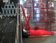 Persona dormint al carrer. Font: Arrelsfundacio.org