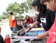 Joves participants a la trobada Km.0 durant un taller de serigrafia