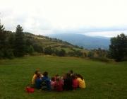 Un grup d'infants i joves en una excursió amb el cau. Foto: MEG