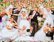 Fotografia dels actors de l'espectacle vestits de nuvis i núvies