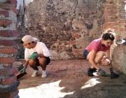 Dos joves treballant en un camp de volunariat a Catalunya