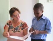 Maria Teresa, directora de Babel Punto de Encuentro, revisant uns plànols. Font: Babel Punto de Encuentro