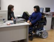 Tècnica del PIUNE en una trobada de seguiment amb una de les usuàries