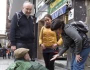 Equip de voluntaris visitant persones que viuen al carrer / Foto: Arrels