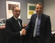 Julio Molinario (a la izquierda), Presidente del IRD, en el momento de la firma del convenio de colaboración con el Director Territorial Garraf de CaixaBank, Oscar Diaz.