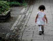 Infant sense protecció camina sol per un carrer. Font: Lance Shields, Flickr