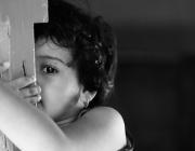 Una nena amagada. Imatge CC BY 2.0 de Vinoth Chandar (Flickr)