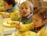 Imatge infants dinant al menjador. Font: web. fapac.cat
