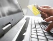 Imatge d'una persona teclejant un portatil. Font: web xarxanet.org