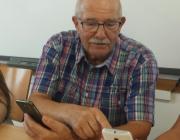 El Javier en una sessió amb telèfons intel·ligents