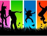 Joves saltant en un fons de colors