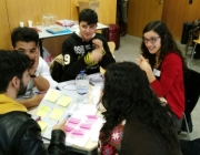 Grup de joves treballant en equip