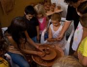 Nens i nenes participant en un taller d'artesania. Autor: Juan Carlos, font: Flickr