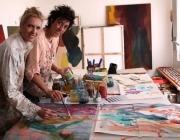 Judit Mascó i Clàudia Valsells, d'esquerra a dreta, dissenyant el mocador