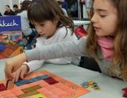 Dues nenes jungant un joc de taula a les DAU Barcelona 2013