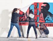 """Posant pòsters de la campanya """"Kony 2012"""""""