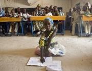 La Sala, de sis anys, a una classe d'un camp de persones refugiades a Bosso
