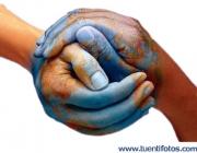 Imatge mans unides formant un món