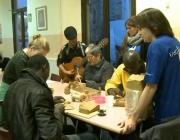 Voluntaris a La Sopa. Fotograma del vídeo de la XAL.