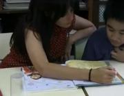 Infant i voluntària del programa LECXIT a l'Escola Milà i Fontanals
