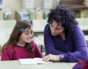 Una nena i una voluntària del programa LECXIT. Imatge de la web de LECXIT