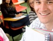 Noi amb llibreta en primer pla