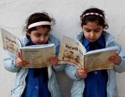 Dues noies llegint. Fotografia de la UNESCO.