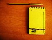 Foto d'una llibreta i un llàpis. Imatge CC: http://www.flickr.com/photos/hermzz/