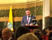 Felipe Campos recollint el premi. Font: Twitter de l'Associació Itaca