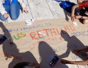 """Nois i noies fent un cartell durant la trobada """"Macedònia"""". Foto: MEG"""