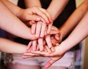 Mans que representen unitat. Font: Wikimedia