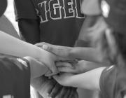 Equip donant-se les mans. Font: ArkansasSportsPhotography.com extreta de Flickr