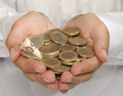 Imatge mans i monedes. Font Web Consumer Eroski