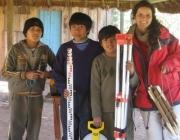 Marta Mercadal amb tres nois de Tape Iguapeí. Font: CCD