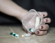 Imatge d'una mà amb una capsa plena de pastilles