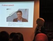 Míriam Hatibi davant la diapositiva de la xerrada en què parlava del president del PP català, Xavier García Albiol