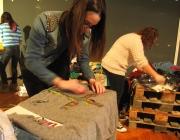 Una noia redissenyant un jersei durant el taller de reciclatge de roba a la UAB.