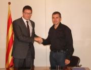 El conseller de Justícia, Carles Mundó, i el president de la Taula, Oriol Illa, en la signatura de l'acord