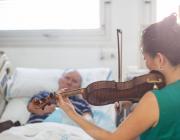 L'associació Música en Vena humanitza les estades als hospitals amb miniconcerts en directe.  Font: Música en Vena