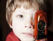 Nen amb un mòbil. Foto amb llicència CC BY-NC-SA 2.0 d'horizontal.integration