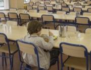 Nen menjant en un menjador escolar. Font: web elpais.com
